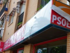 Arrancan carteles de la sede del PSOE de Móstoles