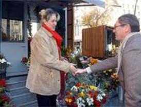 Gallardón inaugura el primer mercado de las flores entre protestas y aplausos