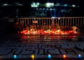Familiares y amigos recuerdan a las víctimas con una vigilia frente al recinto del Madrid Arena