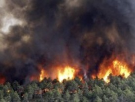 Un retén vigila la zona del incendio de Robledo