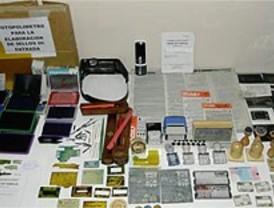 Detenidos dos expertos falsificadores de documentos de identidad y permisos de conducir