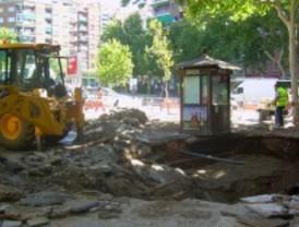 La rotura de una tubería provoca un enorme socavón en Santa María de la Cabeza