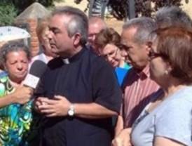 Medio centenar de feligreses piden el regreso del cura acusado de ser gay