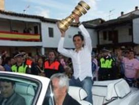 4.000 personas homenajearon a Alberto Contador en en el Ayuntamiento de Pinto