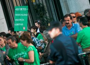 Un juzgado anula la falta a una profesora por llevar la 'camiseta verde'
