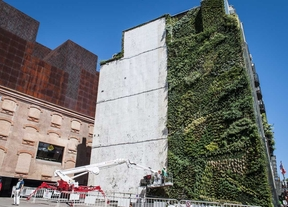 El jardín vertical de CaixaForum muda su piel