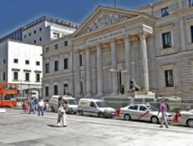 La nueva plaza de las Cortes apenas cuenta con zonas de sombra para los paseantes