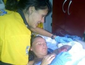 El Samur atiende a una mujer que da a luz en su coche