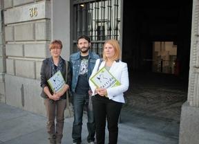 Silvia Barquero, presidenta de Pacma, entrega cien mil firmas en el Congreso de los Diputados para pedir la dimisión de Ana Mato y Javier Rodríguez por el sacrificio de Excálibur