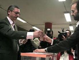 El PP arrolla en los municipios y UPyD se 'come' a IU