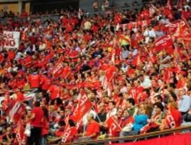 Los sindicatos y el PSOE rechazan el recorte sindical de Aguirre mientras Rajoy admite que lo estudiará