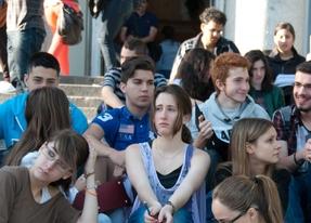 Jóvenes en las escaleras de la UCM