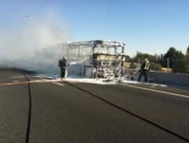 Retenciones en la A-6 por el incendio de un autobús