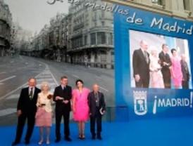 Madrid premia a la duquesa de Alba, Antonio López, Luz Casal y Caja Madrid
