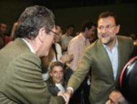 Gallardón es recibido con aplausos, junto a Rajoy, en un acto del PP
