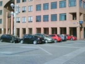 IU denuncia que vehículos particulares de la Policía Nacional aparcan a diario en la Plaza de la Remonta