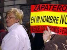 Cientos de personas secundan la concentración de la AVT en la Plaza de la Villa en apoyo a las víctimas