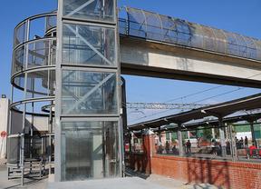Pasarela en la estación de Cercanías y metro Puerta de Arganda de Vicálvaro sobre las vías y de acceso a la zona industrial