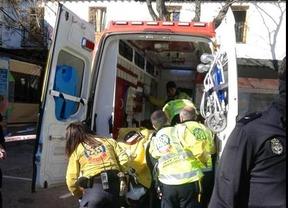 Sanitarios trasladan al herido con una escopeta de perdigones en Barajas al Hospital La Paz