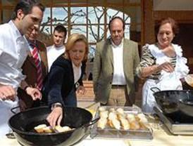 Mario Sandoval prepara 800 torrijas en Torrejón de Ardoz