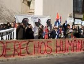 Decenas de cubanos protestan contra Castro