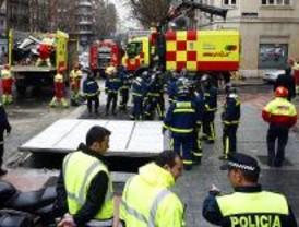 Heridos tres pasajeros de un bus que derribó una marquesina
