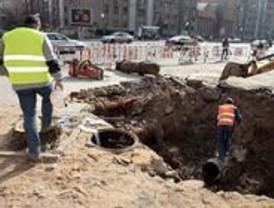 Un socavón por una tubería averiada corta el tráfico en la calle de Cavanilles