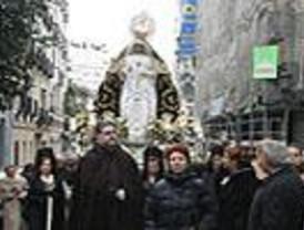La Virgen Dolorosa recorre Las Letras arropada por menos fieles que otros años