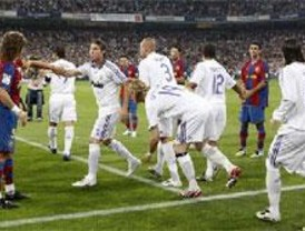 El Madrid avasalla al Barça para festejar la Liga