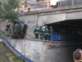 Cuatro heridos leves al caer su coche por un puente en la N-V