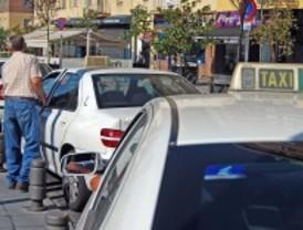 Las taxistas de Madrid paran 15 minutos por el asesinato de un compañero en Salamanca