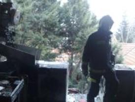 Una mujer grave y dos guardias civiles heridos en una explosión de gas en Alpedrete