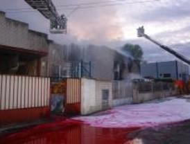 Un incendio en un polígono industrial de Madrid causa graves daños