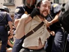 La Policía desaloja a los indignados de la puerta del garaje de la plaza de la Villa