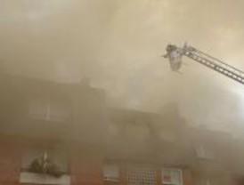 Un incendio en Hoyo de Manzanares afecta a dos pisos y a la cubierta de cinco bloques