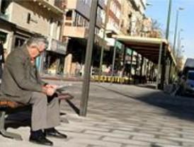 La plaza de Las Comendadoras y la calle Fuencarral lucen nuevo mobiliario