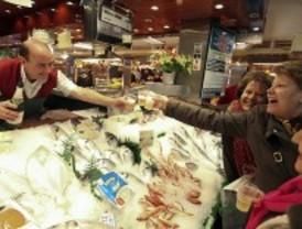 Un pescadero regala 7,5 millones del tercer premio de la lotería a sus clientes