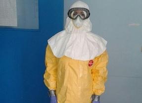 Médico vestida con el traje para tratar enfermos de ébola.