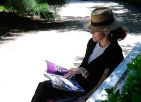 Una mujer leyendo en El Retiro (archivo)