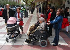 Personas mayores dependientes en silla ruedas y acompañantes