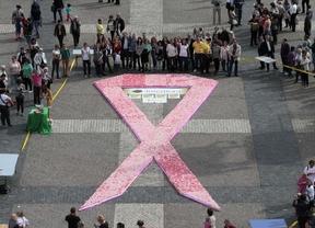 Un baile multitudinario y un gran lazo para apoyar a las #SuperWoman que sufren cáncer de mama