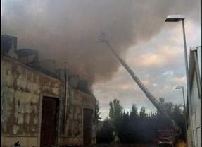 Doce dotaciones de Bomberos apagan un incendio en una nave industrial