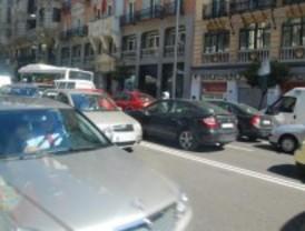 Un incidente complica el tráfico en la calle Princesa