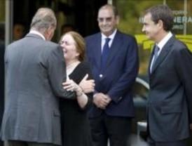 El Rey y Zapatero visitan la capilla ardiente de Francisco Ayala