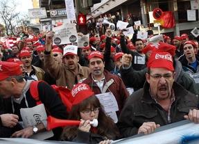 Concentración en los aledaños del estadio del Rayo Vallecano de los afectados por el ERE en la fabrica de Coca-cola de Fuenlabrada