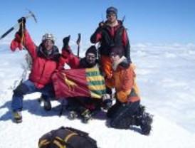 Cinco jóvenes plantan la bandera de Parla en el pico más alto de Europa, el Elbrus