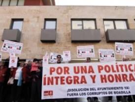 Unos 200 vecinos de Boadilla se concentran ante el ayuntamiento para decir