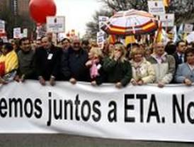 Miles de personas se manifiestan en Madrid contra la negociación con ETA