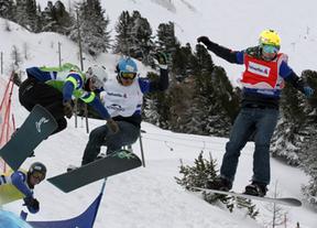 Deportistas haciendo snowboard