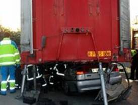 Muere la copiloto del vehículo empotrado contra un camión en Leganés